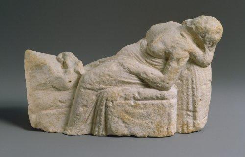 Estátua helenística cipriota mostra cena de parto com a mãe e o filho. Acredita-se tratar de um objeto votivo oferecido como agradecimento. Note a senso de exaustão vívido que a imagem da mãe reclinada transmite. MET. N° 74.51.2698
