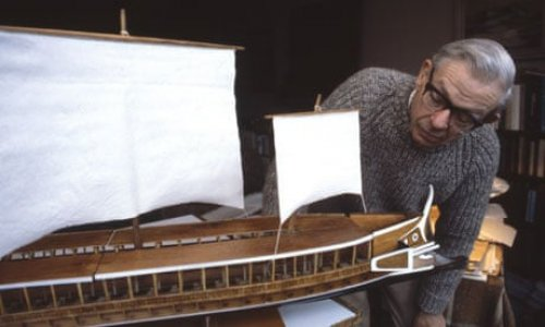 John Coates com um modelo de trirreme. Via The Guardian