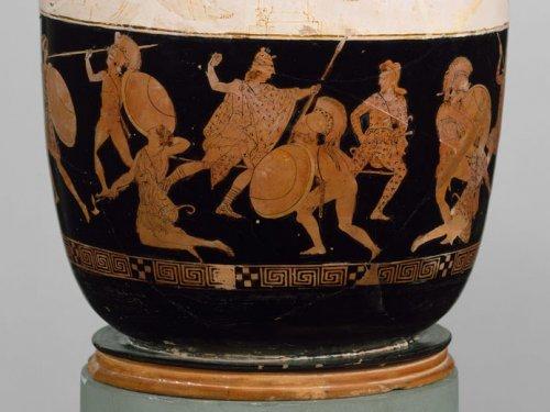 A parte de baixo desse vaso lécito do final do século 5 a.C. retrata Teseu lutando contra as Amazonas. MET. N° 31.11.13