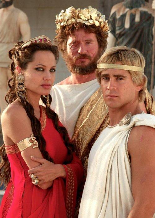Olimpia, Filipe e Alexandre. Nessa foto eles são retratados no dia do assassinato de Filipe.
