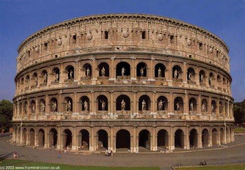 Os nichos do Coliseu em Roma abrigavam dezenas de estátuas. Nessa reconstrução o artista adicionou as estátuas que hoje não existem mais.