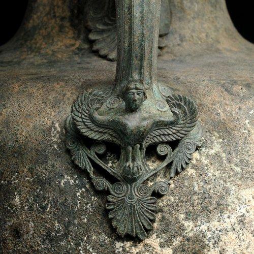 Detalhe de uma sirene em um cabo de um kalpis do século 5 a.C. Phoenix Ancient Art. N° 2660