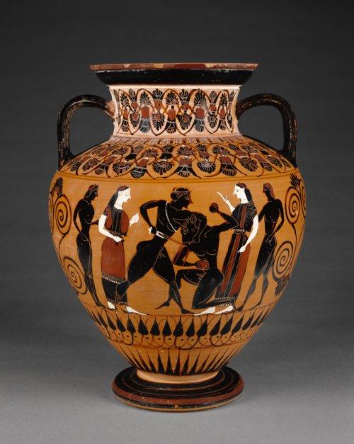 Vaso de figura negra mostra Teseu matando o Minotauro, observado pelas jovens e rapazes atenienses que o acompanharam a Creta. Cerca de 550 a.C. Museu Getty. N° 85.AE.376.