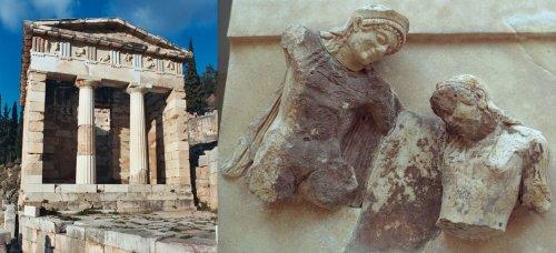 O Tesouro de Atenas em Delfos. No detalhe, Metópa do lado sul do tesouro. Escultura de Teseu e Antíope, a rainha das Amazonas. Cerca de 500 a.C. Via Wikimedia Commons.