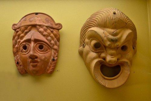 Máscaras usadas no teatro grego do século 4-3 a.C. Museu da Ágora de Atenas.