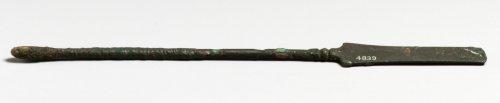 Instrumento médico romano. Esta espátula de bronze era um instrumento farmacêutico, e não estritamente cirúrgico. MET. N° 74.51.5509