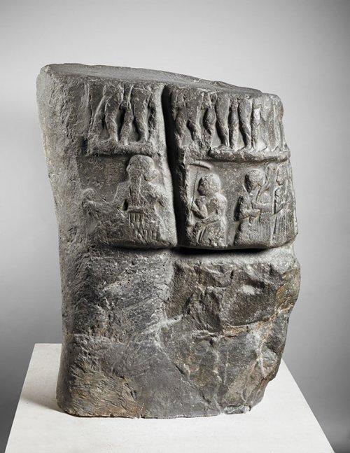 Estela da vitória de Sargão. Museu do Louvre. N° Sb 3