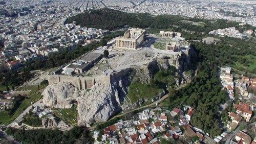As ruínas do Partenon em destaque no centro da Acrópolis de Atenas.