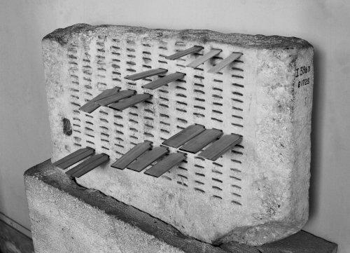 O Kleroterion, dispositivo utilizado pelos atenienses para escolha randômica de juízes. Museu da Ágora de Atenas.