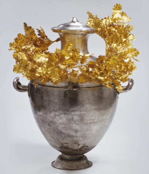 Hídria e coroa de ouro encontrada no túmulo do rei Alexandre IV da Macedônia. Museu Arqueológico de Vergina. Pintores copiaram esse padrão fazendo desenhos no pescoço dos vasos.