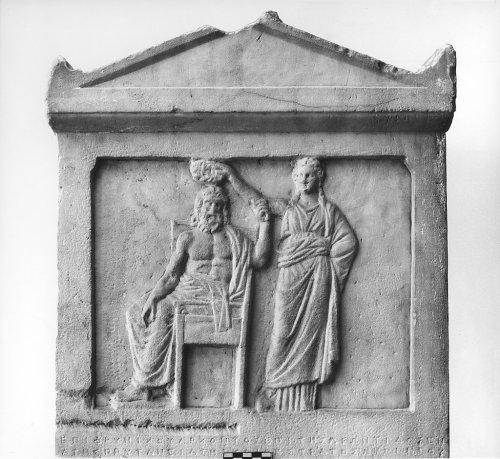Demokratia: uma mulher coroando um homem, representando o Demos, um detalhe em um relevo em mármore ateniense. 336 a.C.