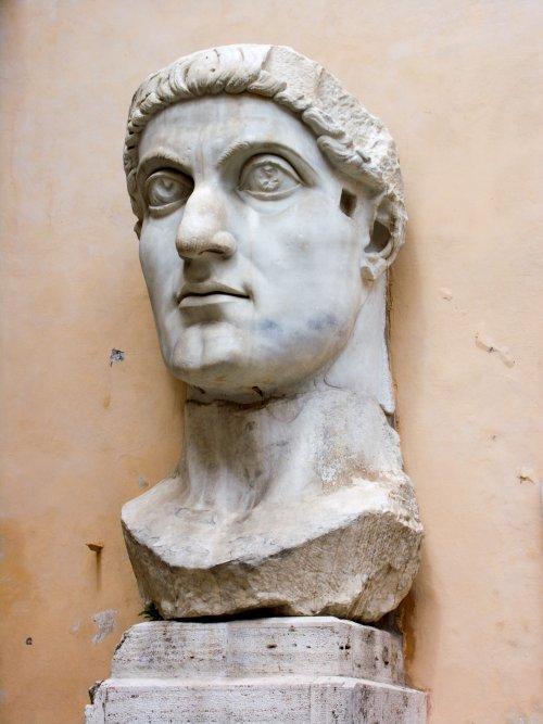 Cabeça de uma estátua do imperador Constatino, conhecida como o Colosso de Constantino. Museu Capitolino, Roma.