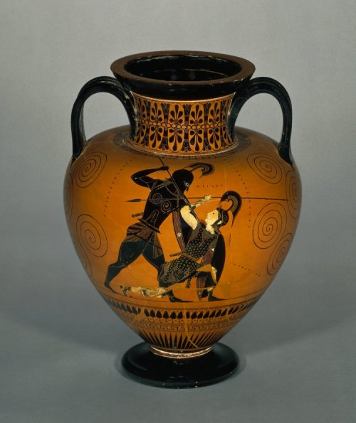 Ânfora de figura negra de 530-525 a.C. Aquiles matando Pentesiléia. Atribuída a Exékias. Encontrada em Vulci. 41 cm de altura. Museu Britânico. N° 1836,0224.127