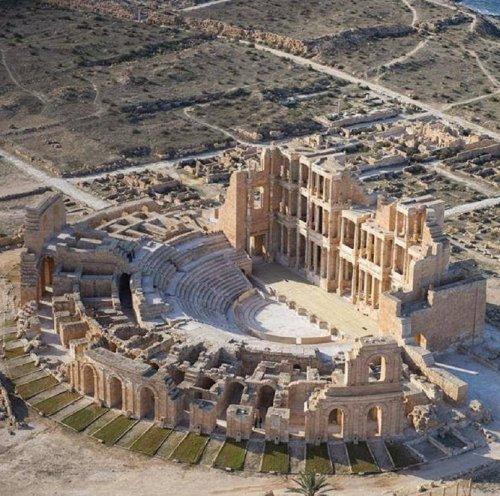 Teatro romano de Sabratha, na Líbia. Observe como, em oposição ao teatro grego, as arquibancadas faziam parte de uma estrutura construída em pedra.