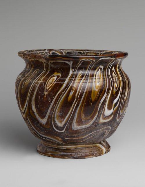 Vaso de vidro em mosaico, uma cópia de vasos feitos com pedras semipreciosas, para um público mais rico. Século 2 e 1 a.C. MET. N° 91.1.1303