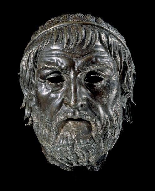Busto de bronze helenístico conhecido como The Arundel Head, fazia parte de uma estátua, que alguns acreditam ser de Sófocles. Século 2 a.C. Museu Britânico. N° 1760,0919.1