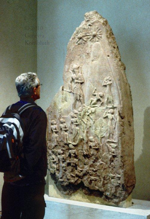 A Estela da Vitória de Naram-Sin. Museu do Louvre. N° Sb 4