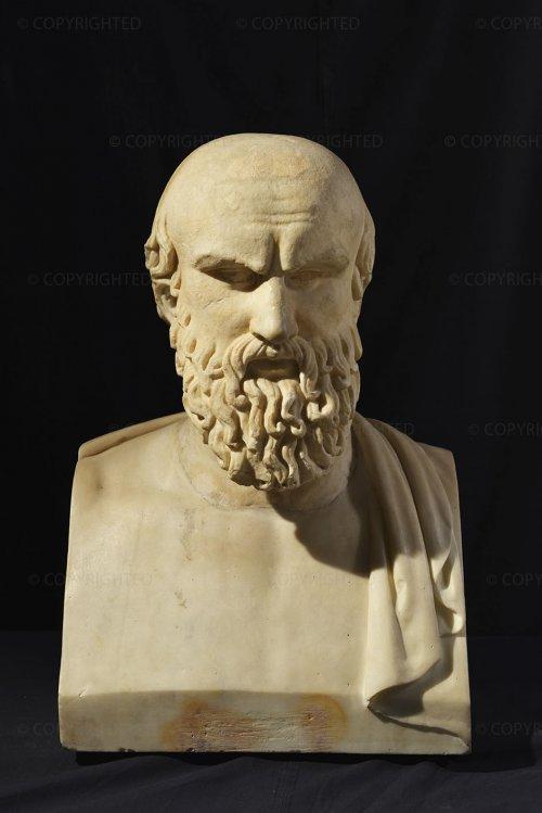 Busto de mármore de Ésquilo do século 1 d.C. É um retrato altamente idealizado dessa personalidade que viveu 600 anos antes do busto ser produzido. Museu Capitolino de Roma.