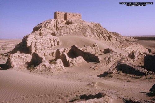 Ruínas do Zigurate do Templo de Nippur. A construção no topo foi feita por arqueólogos e não pertence ao templo original.