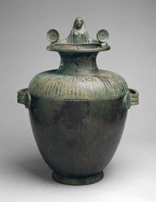 Essa hídria de bronze do século 5 a.C. ainda conta com a sua tampa original altamente estilizada. Sabemos pela inscrição no vaso que esta hídria foi um prêmio concedido ao vencedor dos jogos para a deusa Hera em seu santuário em Argos, no Peloponeso. MET. N° 26.50