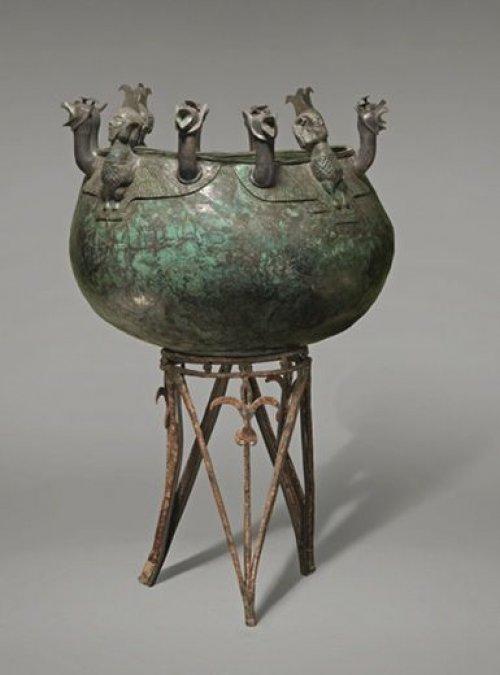 Caldeirão de bronze com tripé encontrado em Chipre. Século 8-7 a.C. É provável que o prêmio para o vencedor do teatro grego fosse algo similar a esse objeto. Nenhum dos 'troféus' verdadeiros sobreviveu.