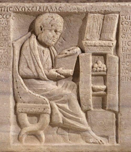 Detalhe de médico esculpido em um sarcófago romano. Sua profissão pode ser identificada pelo estojo aberto contendo ferramentas cirúrgicas no topo do armário. Há outros pergaminhos e uma bacia para pacientes com hemorragia dentro do armário, o que oferece mais uma prova de sua profissão. O estilo de sua roupa e a linguagem da inscrição indicam que ele era um dos muitos gregos que viviam na Itália.  Século 4-3. MET. N° 48.76.1