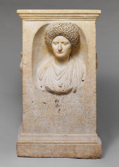 Altar funerário de Cominia Tyche. Cerca de 90-100 a.C. 1 metro de altura. MET. N° 38.27