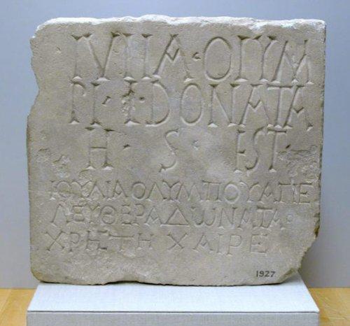 Placa com inscrição bilíngue de Julia Donata. 35 cm de largura. Século 1 d.C. MET. N° 74.51.2393