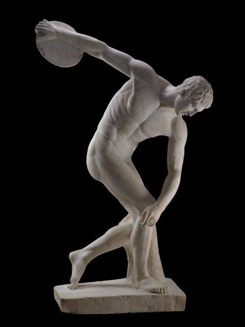 Essa famosa estátua grega chamada Discóbolo, do artista Míron, é uma cópia romana. O original não sobreviveu. Museu Britânico.