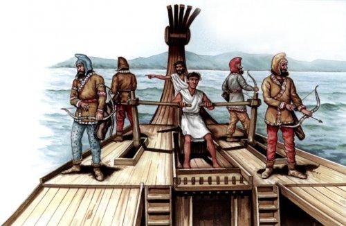 O timoneiro controlando o barco, protegido por quatro arqueiros citas. Atrás dele está o trierarca. Ilustração moderna de Peter Bull.